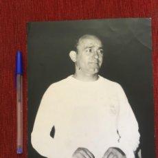 Coleccionismo deportivo: F8422 FOTO FOTOGRAFIA ORIGINAL DE PRENSA REAL MADRID ALFREDO DI STEFANO CON BANDERIN. Lote 209827182