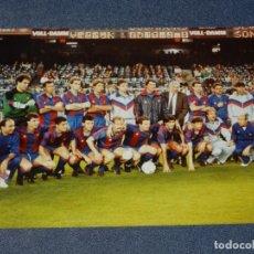 Coleccionismo deportivo: FOTOGRAFÍA PLANTILLA FC BARCELONA TEMPORADA 1987 / 88 LUIS ARAGONES, GARY LINEKER, URRUTICOECHEA. Lote 210547166