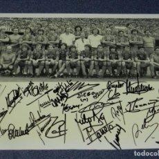 Coleccionismo deportivo: FOTOGRAÍA ORIGINAL AUTOGRAFIADA PLANTILLA FC BARCELONA 1983/84 CESAR MENOTTI DIEGO MARADONA SCHUSTER. Lote 210548107