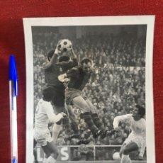 Coleccionismo deportivo: F8471 FOTO FOTOGRAFIA ORIGINAL REAL MADRID BARCELONA GALLEGO SANTILLANA GARCIA REMON (30-11-1971). Lote 210579377