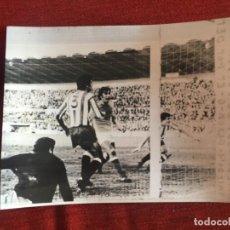 Coleccionismo deportivo: F8477 FOTO FOTOGRAFIA ORIGINAL DE PRENSA OVIEDO 1-0 SPORTING GIJON (7-1-1973) GOL GALAN. Lote 210580596