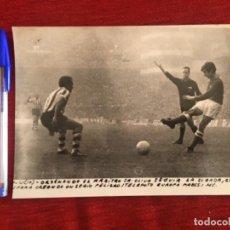 Coleccionismo deportivo: F8489 FOTO FOTOGRAFIA ORIGINAL DE PRENSA ATHLETIC BILBAO ATLETICO MADRID (10-1-1971) GARATE. Lote 210582225