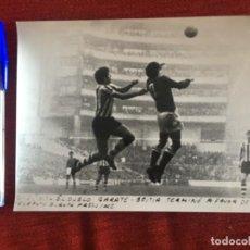 Coleccionismo deportivo: F8491 FOTO FOTOGRAFIA ORIGINAL DE PRENSA ATHLETIC BILBAO ATLETICO MADRID (10-1-1971) GARATE BEITIA. Lote 210582372