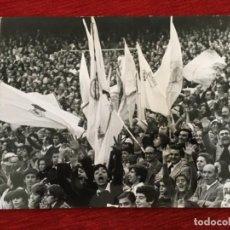 Coleccionismo deportivo: F8590 FOTO FOTOGRAFIA ORIGINAL DE PRENSA AFICION PUBLICO TIFO BANDERAS REAL MADRID AÑOS 70 80. Lote 210686657