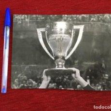 Coleccionismo deportivo: R9822 FOTO FOTOGRAFIA ORIGINAL DE PRENSA CAMPEON TROFEO LIGA REAL MADRID 1978. Lote 210694301
