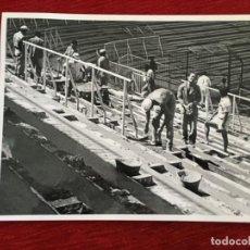 Coleccionismo deportivo: F8596 FOTO FOTOGRAFIA ORIGINAL DE PRENSA OBRAS VALLAS ESTADIO SANTIAGO BERNABEU AÑOS 80. Lote 210694746