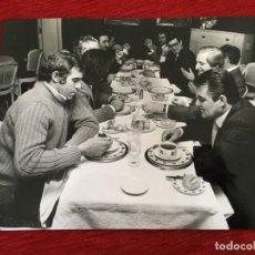 Coleccionismo deportivo: F8598 FOTO FOTOGRAFIA ORIGINAL DE PRENSA COMIDA REAL MADRID ATLETICO MADRID LUIS ARAGONES. Lote 210694841