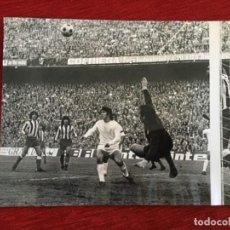 Coleccionismo deportivo: F8603 FOTO FOTOGRAFIA ORIGINAL DE PRENSA ATLETICO MADRID REAL MADRID LEIVINHA SANTILLANA REINA. Lote 210724297