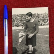 Coleccionismo deportivo: R9863 POSTAL FOTO FOTOGRAFIA ORIGINAL DE PRENSA JOSEP SAMITIER BARCELONA REAL MADRID BANDERIN. Lote 213054363
