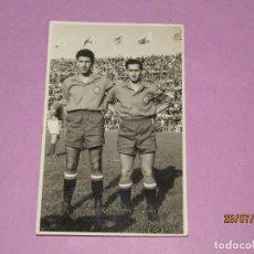 Coleccionismo deportivo: ANTIGUA FOTOGRAFÍA DE FUERTES Y SERGIO BUQUÉ EN LA SELECCIÓN ESPAÑOLA DE FUTBOL - AÑO 1950S.. Lote 213134425