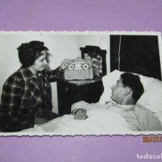 Coleccionismo deportivo: ANTIGUA FOTOGRAFÍA JUGADOR DEL VALENCIA C.F. FUERTES EN CAMA CONVALECIENTE CON SU ESPOSA 1940-50S.. Lote 213144648