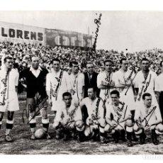 Coleccionismo deportivo: FOTO DE EQUIPO DE FÚTBOL, REAL MADRID CON FIRMAS IMPRESAS. DETRÁS DEDICATORIA. 11X16,5.. Lote 215188216