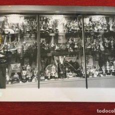 Coleccionismo deportivo: F9517 FOTO FOTOGRAFIA ORIGINAL DE PRENSA DOMICILIO SOCIAL SALA TROFEOS REAL MADRID COPAS BANDERINES. Lote 216922751
