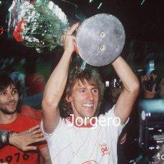 Coleccionismo deportivo: BAYER L. CAMPEÓN COPA UEFA 1987-1988 EN LEVERKUSEN (V) CONTRA EL ESPAÑOL. FOTO. Lote 217393942