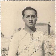Collezionismo sportivo: FOTOGRAFÍA FIRMADA - FUTBOLISTA DEL REAL MADRID NACIDO EN OCAÑA - RAFA - RAFAEL YUNTA NAVARRO - 1947. Lote 218200205