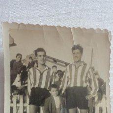 Coleccionismo deportivo: ANTIGUA FOTOGRAFIA.DOS JUGADORES FUTBOL.EQUIPO SIN IDENTIFICAR.AÑOS 50?. Lote 218749402