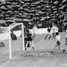 Coleccionismo deportivo: CURIOSA FOTO DE FUTBOL 1973. Lote 218843195
