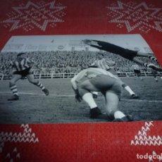 Colecionismo desportivo: FOTO MATE(11 X 15) LIGA 64-65 ESPAÑOL 3 - ATH.CLUB DE BILBAO 1 CON IRIBAR EN ACCIÓN. Lote 219147532