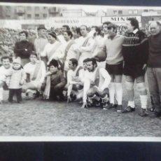Coleccionismo deportivo: FOTOGRAFÍA PARTIDO FAMOSOS RAYO VALLECANO. 1971. 23.5 X 18 CM. Lote 219274898