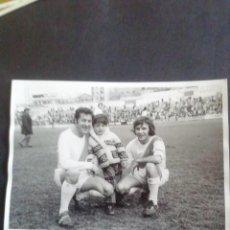 Coleccionismo deportivo: FOTOGRAFÍA PARTIDO DE FAMOSOS RAYO VALLECANO. ÁNGEL NIETO. 1971. Lote 219275460