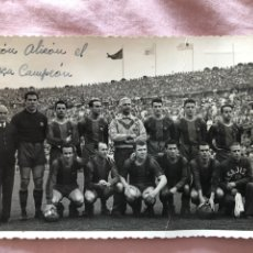 Coleccionismo deportivo: FOTOGRAFÍA ORIGINAL (13 X 8) BARCELONA CAMPEÓN LIGA 1952 1953 EN LES CORTS. FOTÓGRAFO VÍCTOR ÁLVAREZ. Lote 219276778