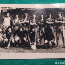 Coleccionismo deportivo: FOTO ALINEACIÓN FÚTBOL CLUB BARCELONA, AÑOS 80, CON MARADONA. Lote 220124507