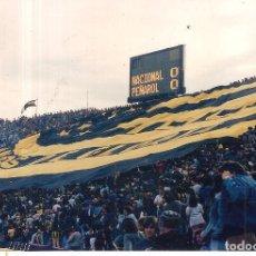 Coleccionismo deportivo: FOTOGRAFÍA ORIGINAL HINCHADA PEÑAROL ONTEVIDEO URUGUAY. Lote 221655547