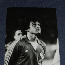 Coleccionismo deportivo: (M-ALB2) FOTOGRAFIA JUGADOR PLATINI - SELECCION FRANCESA , 18 X 13 CM,. Lote 221685363