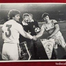 Coleccionismo deportivo: F10648 FOTO FOTOGRAFIA ORIGINAL REAL MADRID 0-0 TOTTENHAM (20-3-1985)CAMACHO STEVE PERRYMAN BANDERIN. Lote 222011443