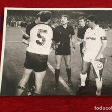 Coleccionismo deportivo: F10686 FOTO FOTOGRAFIA REAL MADRID YOUNG BOYS (1-10-1986) SANTILLANA KARL-JOSEF ASSENMACHER BANDERIN. Lote 222050573