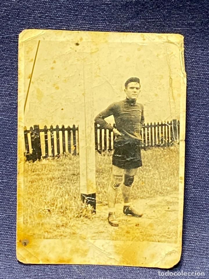Coleccionismo deportivo: FOTOGRAFIA PORTERO JUGADOR FUTBOL PANTALON CORTO AÑOS 30 40 10X7CMS - Foto 2 - 222051678