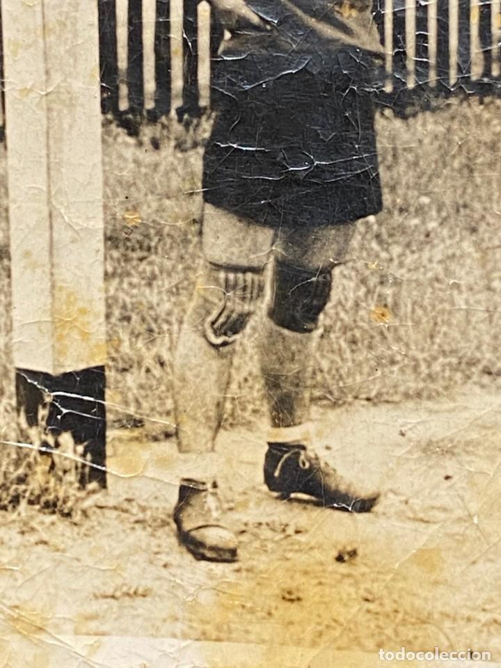 Coleccionismo deportivo: FOTOGRAFIA PORTERO JUGADOR FUTBOL PANTALON CORTO AÑOS 30 40 10X7CMS - Foto 4 - 222051678