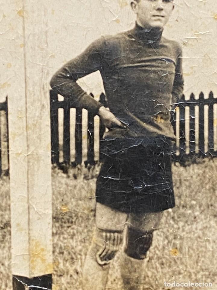 Coleccionismo deportivo: FOTOGRAFIA PORTERO JUGADOR FUTBOL PANTALON CORTO AÑOS 30 40 10X7CMS - Foto 5 - 222051678
