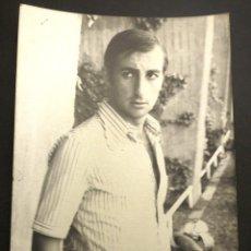 Coleccionismo deportivo: FOTÓGRAFIA DE ENRIQUE ÁLVAREZ COSTAS DEL C.F. BARCELONA DE LOS AÑOS 70. Lote 222088265