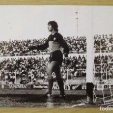 Coleccionismo deportivo: RCD MALLORCA : MARIANO TIRAPU (TEMPORADA 1981-82) - FOTOGRAFIA PROCEDENTE DE ARCHIVO DE PRENSA. Lote 222357135