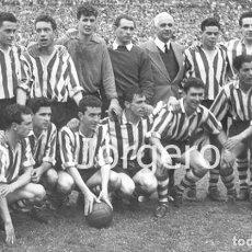 Coleccionismo deportivo: ATH. BILBAO. ALINEACIÓN CAMPEÓN COPA GENERALÍSIMO 1955-1956 EN EL BERNABÉU CONTRA AT. MADRID. FOTO. Lote 246104400