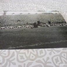 Colecionismo desportivo: FOTO MATE(11 X 15 CM) LIGA 63-64 ATH.CLUB DE BILBAO-F.C.BARCELONA ,JOSE ANGEL IRIBAR.. Lote 222908386