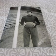 Colecionismo desportivo: FOTO MATE(11 X 15 CM) AÑOS 60-70 ATH.CLUB DE BILBAO JOSE ANGEL IRIBAR.. Lote 222909396