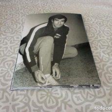 Coleccionismo deportivo: FOTO MATE(11 X 15 CM) AÑOS 60-70 ATH.CLUB DE BILBAO JOSE ANGEL IRIBAR.. Lote 222909585