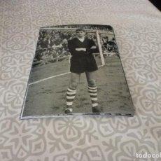 Coleccionismo deportivo: FOTO MATE(11 X 15 CM) AÑOS 60-70 ATH.CLUB DE BILBAO JOSE ANGEL IRIBAR.. Lote 222909625