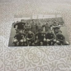 Coleccionismo deportivo: FOTO MATE(11 X 15 CM) AÑOS 60-70 SELECCION EUSKADI CON JOSE ANGEL IRIBAR.. Lote 222909747