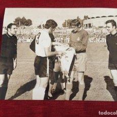Coleccionismo deportivo: F11238 FOTO FOTOGRAFIA ORIGINAL DE PRENSA REAL BURGOS REAL MADRID ZOCO BANDERINES. Lote 225136132