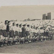 Coleccionismo deportivo: FOTOS DE 2 EQUIPOS DE FUTBOL UNO DE ELLOS DE MADRID FOTO DE ZARCO REVISTA MARCA. Lote 226843595