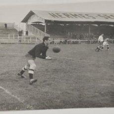 Coleccionismo deportivo: PORTERO DE FUTBOL EN ACCION MADRID AÑOS 40. Lote 226845895