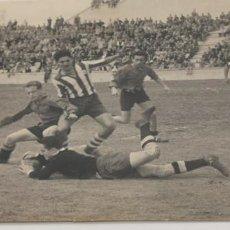 Coleccionismo deportivo: BONITA FOTO DE SALIDA DEL PORTERO DE FUTBOL DE EQUIPO MADRILEÑO AÑOS 40 FOTOGRAFIA A. PRAST. Lote 226847385