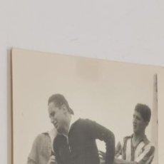 Coleccionismo deportivo: PORTERO LESIONADO PARTIDO DE EQUIPO MADRILEÑO AÑOS 40 FOTO DE ZARCO REVISTA MARCA. Lote 226848220