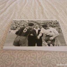 Coleccionismo deportivo: FOTO MATE (11 X 15) AMISTOSO EN LES CORTS 10-3-1957 F.C.BARCELONA- IFK NORRKOPING. Lote 229416275