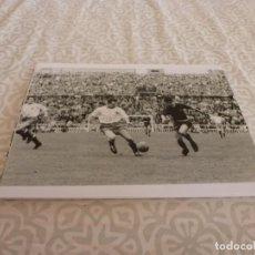 Coleccionismo deportivo: FOTO MATE (11 X 15) AMISTOSO EN LES CORTS 10-3-1957 F.C.BARCELONA- IFK NORRKOPING. Lote 229416475