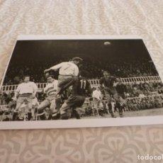 Coleccionismo deportivo: FOTO MATE (11 X 15) AMISTOSO EN LES CORTS 10-3-1957 F.C.BARCELONA- IFK NORRKOPING. Lote 229416880