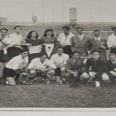 Coleccionismo deportivo: EQUIPO DE FUTBOL AÑOS 40 DETRAS SE OBSERVA EN EL ESTADIO EL ESCUDO DEL REAL MADRID. Lote 229852680